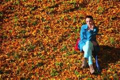 Młoda kobieta w depresji jesieni plenerowym parku Zdjęcia Stock