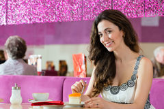 Młoda kobieta w lody bawialni Fotografia Stock
