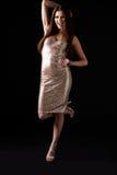 Młoda kobieta w wieczór sukni pozyci na jeden nodze, pionowo Obraz Royalty Free