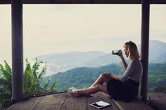 Młoda kobieta wędrowiec jest mknącym wideo na jej telefonie komórkowym Fotografia Royalty Free