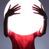 Młoda kobieta zakrywa imaginacyjnych oczy z rękami Fotografia Royalty Free