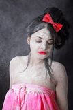 Młoda kobieta zakrywająca z białym proszkiem Fotografia Royalty Free
