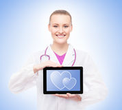 Młoda kobiety lekarka trzyma pastylkę Fotografia Stock