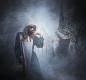 Moda krótkopęd młoda seksowna magdalenka pojęcie kalendarzowej daty Halloween gospodarstwa ponury miniatury szczęśliwa reaper, st Obrazy Stock
