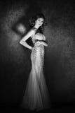 Moda krótkopęd piękna kobieta styl retro czarny white Fotografia Royalty Free