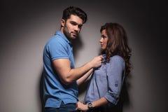 Moda mężczyzna ciągnie jego dziewczyna kołnierz Zdjęcie Stock