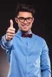 Moda mężczyzna jest ubranym szkła robi ok Fotografia Stock