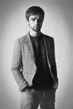 Moda mężczyzna model ubierał przypadkowy pozować dramatyczny w studiu Fotografia Royalty Free