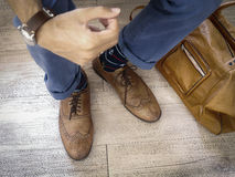 Moda mężczyzna nogi w indygowym marynarki wojennej błękicie dyszą, marynarek wojennych kotwicowe skarpety, rzemienni buty i rzemi Zdjęcie Royalty Free