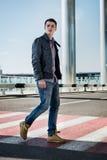 Moda mężczyzna odprowadzenia myśli crosswalk zdjęcia stock