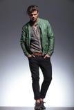 Moda mężczyzna w skórzanej kurtki pozować Obraz Royalty Free
