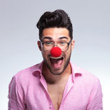 Moda młody człowiek krzyczy z czerwonym nosem Fotografia Royalty Free