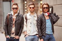 Moda młodzi faceci iść robić zakupy Fotografia Stock