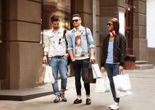 Moda młodzi faceci iść robić zakupy Obrazy Royalty Free