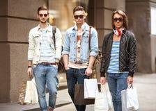 Moda młodzi faceci iść robić zakupy Zdjęcie Royalty Free