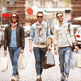 Moda młodzi faceci iść robić zakupy obrazy stock