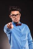 Moda mężczyzna jest ubranym łęku krawata wskazywać Obrazy Royalty Free