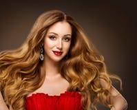 Moda modelów fryzury piękna portret, Pięknej kobiety warg Czerwony Makeup i Długi Brown włosy, fotografia royalty free