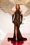 Moda model być ubranym odzieżowego Katalinem Botezatu fotografia royalty free