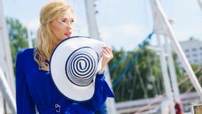 Moda model jest ubranym błękitnego kombinezon zdjęcia stock
