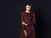 Moda model jest ubranym długo wałkoni się suknię na czarnym tle Obraz Stock