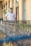 Moda model na tarasie Mężczyzna stojak na domowym balkonie Macho w modnej koszula i cajgów modzie Przystojny facet cieszy się zdjęcie stock