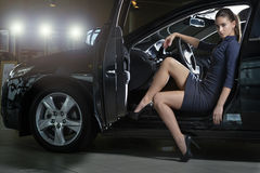 Moda model pozuje w galanteryjnym czarnym samochodzie Zdjęcie Royalty Free