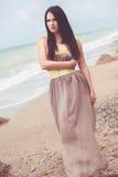 Moda model przy plażą Zdjęcia Royalty Free