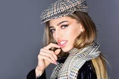 Moda model w moda szaliku pozuje w studiu kapeluszu i Obraz Stock
