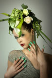 Moda model w zielonym projekcie, kwiatach i airbrush gwoździach Obrazy Stock