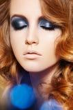 Moda model. Zima błyskotliwości makijaż, kędzierzawy włosy Zdjęcie Royalty Free