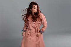 Moda modela dziewczyna Jest ubranym Modnych ubrania W studiu styl Zdjęcie Royalty Free