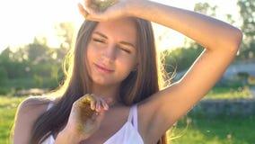 Moda modela dziewczyna w złotym błyska błyskotliwości pozować Portret piękna kobieta z błyskotliwość confetti outdoors zbiory