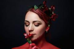 Moda modela dziewczyny portret z kolorowym uzupełniał Fotografia Stock