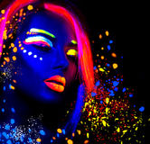 Moda modela kobieta w neonowym świetle Zdjęcia Royalty Free