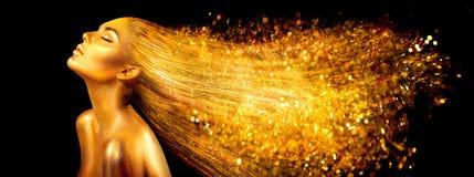 Moda modela kobieta w złoty jaskrawym błyska Dziewczyna z złotym skóry i włosy portreta zbliżeniem zdjęcie stock