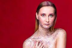 Moda modela kobieta z modnym błyskotliwość makijażem fotografia royalty free