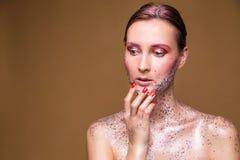 Moda modela kobieta z modnym błyskotliwość makijażem zdjęcia stock