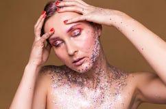 Moda modela kobieta z modnym błyskotliwość makijażem obraz royalty free