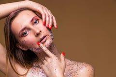Moda modela kobieta z modnym błyskotliwość makijażem obrazy royalty free