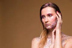 Moda modela kobieta z modnym błyskotliwość makijażem zdjęcie royalty free