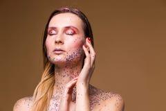 Moda modela kobieta z modnym błyskotliwość makijażem zdjęcia royalty free