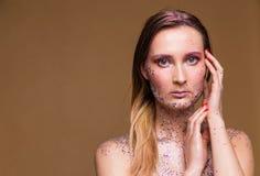Moda modela kobieta z modnym błyskotliwość makijażem fotografia stock