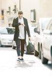Moda modela mężczyzna sprawdza zegarek Spotkanie w mieście obrazy stock