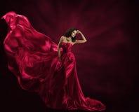 Moda modela suknia, kobieta w Latającej todze, falowanie Jedwabnicza tkanina fotografia stock