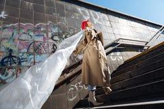 Moda modela uczucie bezpłatny podczas gdy pozować outside dla okładka magazynu obraz royalty free