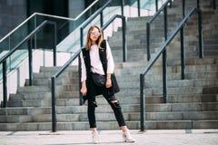 Moda modnisia chłodno dziewczyna w okularach przeciwsłonecznych Obraz Royalty Free