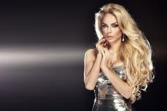 Portret elegancka blondynki kobieta przygotowywająca dla wieczór. Zdjęcia Royalty Free