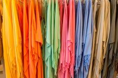 Moda odziewa na odzież stojaku - jaskrawa kolorowa szafa W górę tęcza koloru wyboru modna żeńska odzież dalej zdjęcia stock
