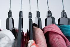 Moda odziewa na odzież stojaku, kolorowa szafa obraz stock